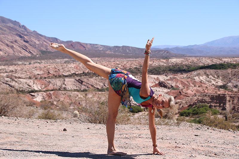 Yoga posture de la demi lune